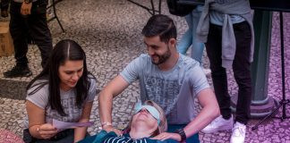 Adventist young people hosted a variety of health stations during the Faith and Life Mega-Fair in downtown Curitiba, Paraná, Brazil, on November 17, 2018. Passers-by who chose to take a break and rest in one of the reclining couches specially set up for the initiative were also offered a free massage. [Photo: South American Division News]