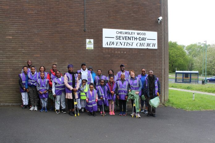 Local MP Assists Chelmsley Wood Pathfinders in Neighbourhood Clean-Up