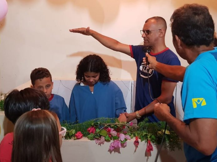 In addition to community outreach initiatives, Caleb Mission volunteers helped residents to understand the Bible. According to church leaders, many have shown interest in learning more, and several have already asked to be baptized. [Photo: South American Division News]