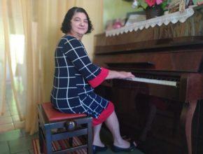 Assistente social ensina música gratuitamente a crianças há mais de 15 anos