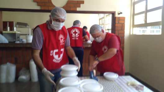 Preparo das refeições é feito na Igreja Central de Londrina. (Foto: Divulgação)