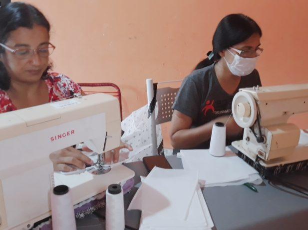 Costureiras usam tempo entre os afazeres domésticos para confeccionarem máscaras. (Foto: Acervo Pessoal)