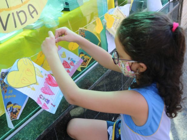 Alunos montam varal com cartas em apoio ao Setembro Amarelo