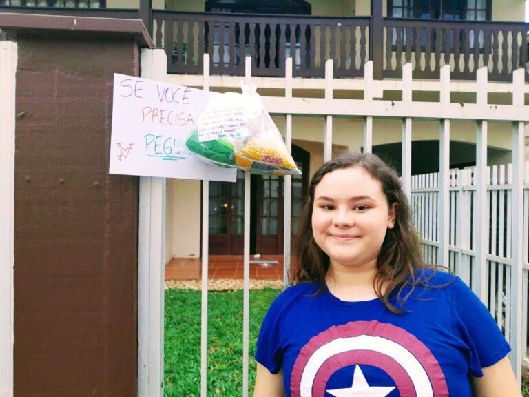 Alunos disponibilizam alimentos e frases de carinho em frente suas casas