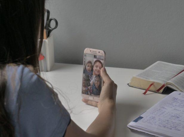Alunos fazem videochamada para interagir com idosos