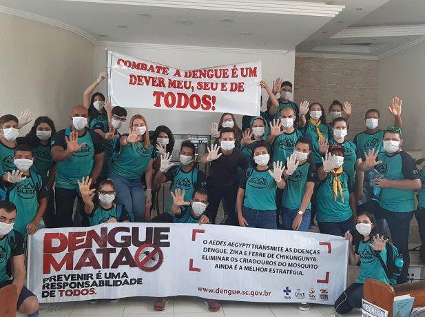 Jovens missionários fazem campanha contra a dengue em Palhoça